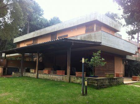 Villa in vendita in Punta Ala Punta Ala. Porzione di villa con tre posti auto, terrazzo e giardino.